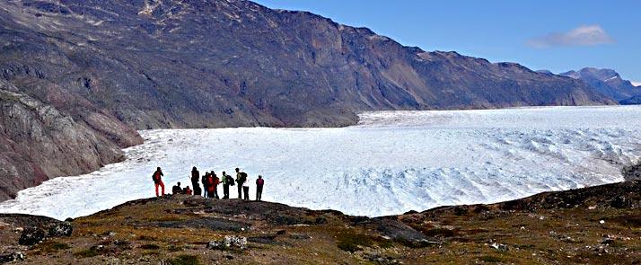 flower valley hiking until kiattut glacier